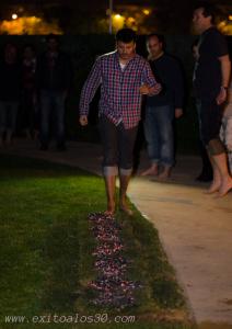 Curro Trujillo caminando sobre brasas en una de sus sesiones.