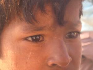 niño triste india
